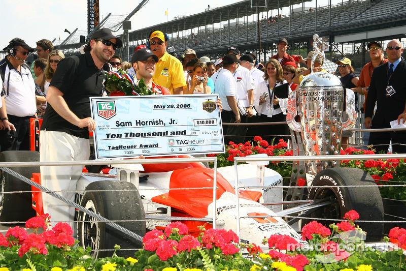 Le vainqueur de la course Sam Hornish Jr. Accepte le Tag Heuer Award