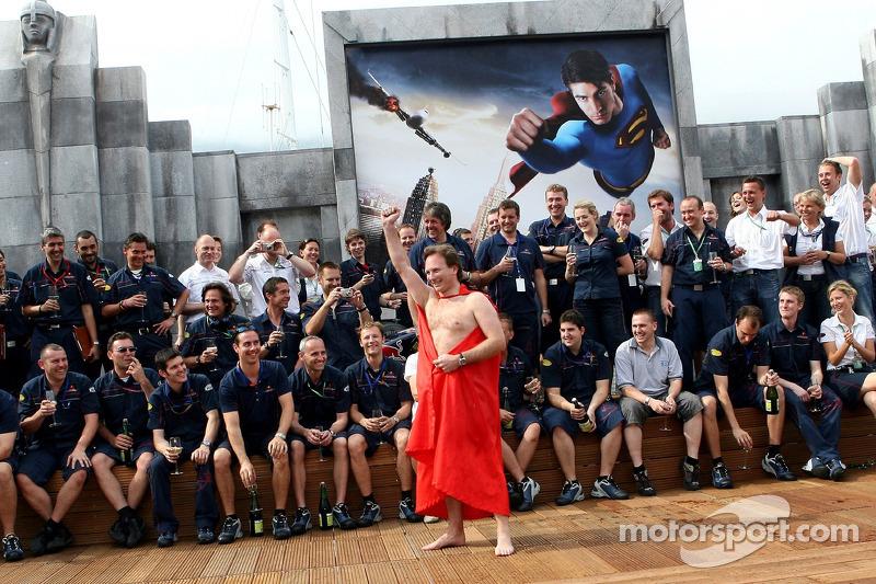 L'équipe Red Bull Racing et le directeur sportif Christian Horner avec une cape Superman