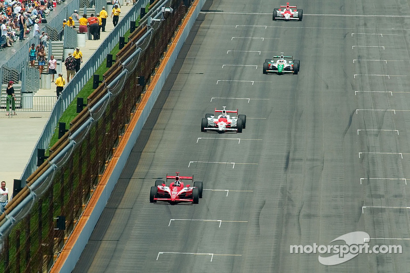 Dan Wheldon devant  Hornish, Kanaan et Castroneves