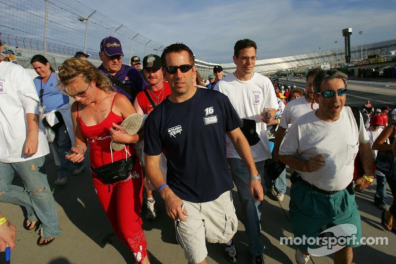 Greg Biffle marche avec des fans pendant la marche de charité de la fondation NASCAR au Dover Intern