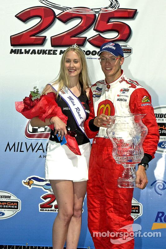 Podium: le vainqueur de la course Sébastien Bourdais pose avec Miss Milwaukee Mile