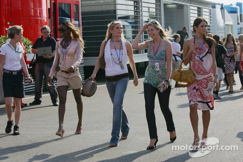 Des jeunes femmes de Formule 1
