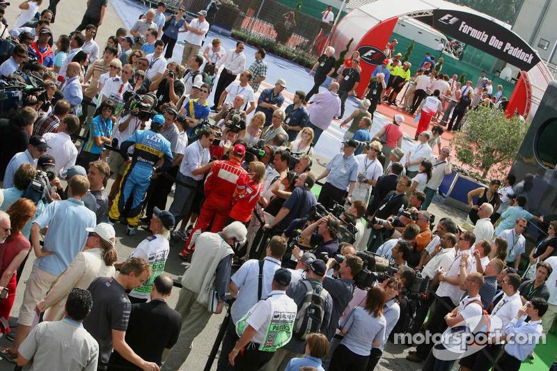 Fernando Alonso y Michael Schumacher con los medios