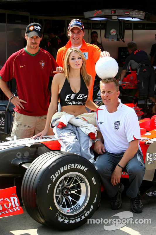 Christijan Albers, Tiago Monteiro, Johnny Herbert y Keeley Hazell, F1 2006 Playstation 2