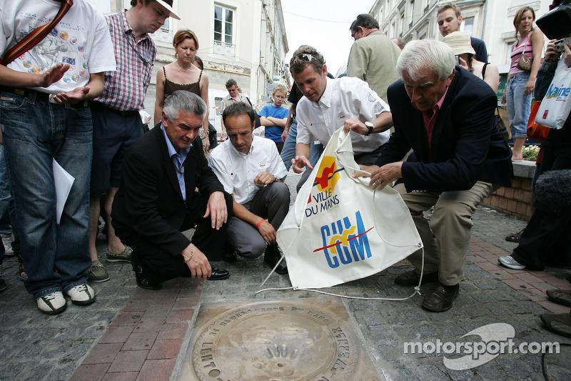 Découverte de la plaque des vainqueurs des 24 Heures du Mans 2005: Marco Werner, Tom Kristensen et le maire du Mans dévoilent la plaque