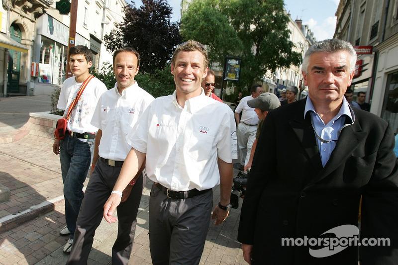 Découverte de la plaque des vainqueurs des 24 Heures du Mans 2005: Marco Werner et Tom Kristensen marchent dans l'hôtel de ville du Mans