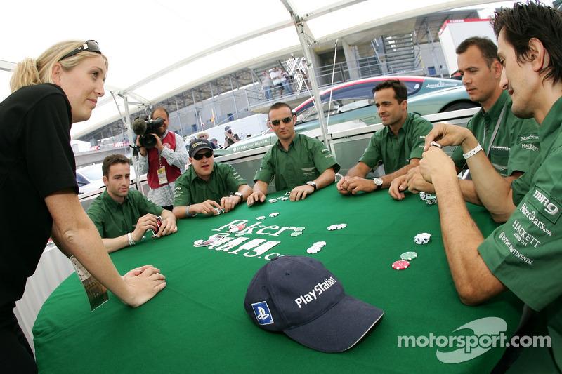 Les pilotes Aston Martin Racing apprennent à jouer au poker