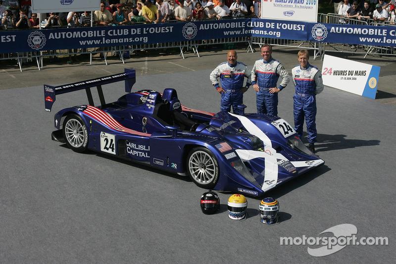Bill Binnie, Allen Timpany, et Yojiro Terada pose avec la Binnie Motorsports Lola 05/42 Zytek