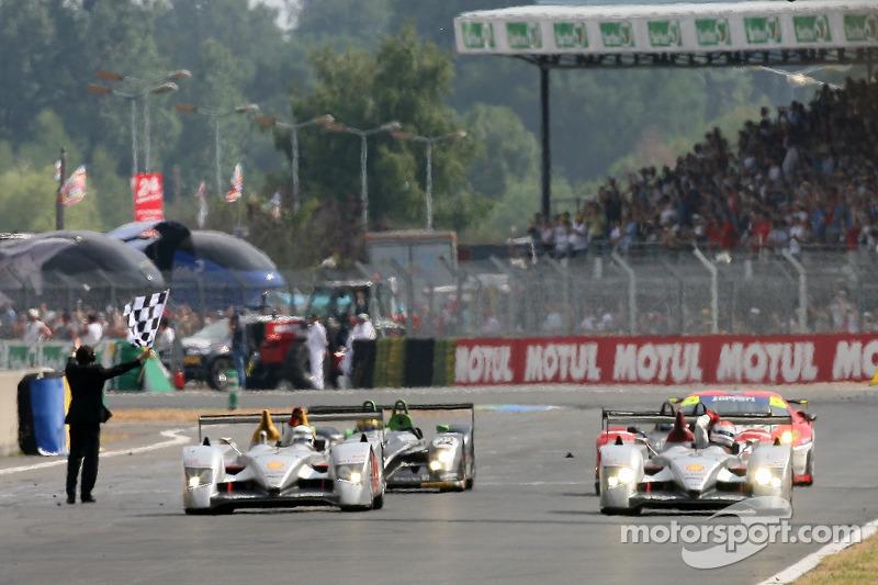 #8 Audi Sport Team Joest Audi R10: Marco Werner, Frank Biela, Emmanuele Pirro passe la ligne d'arrivée