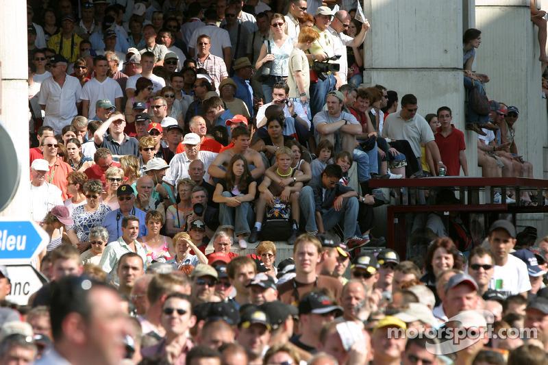 Des fans attendent la parade