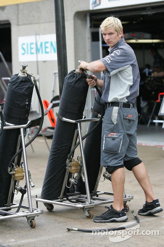 Un membre de l'équipe MF1 Racing au travail