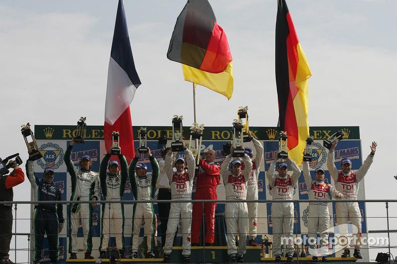 Podium LMP1: le vainqueur Marco Werner, Frank Biela et Emmanuele Pirro, le deuxième Eric Hélary, Franck Montagny et Sébastien Loeb, et en troiisème place Allan McNish, Rinaldo Capello et Tom Kristensen