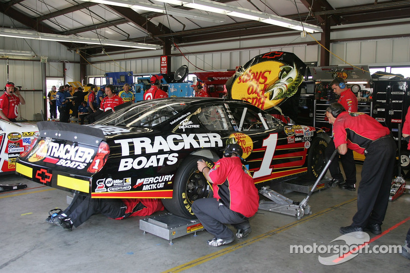 L'équipe travaille sur la voiture de Martin Truex Jr.