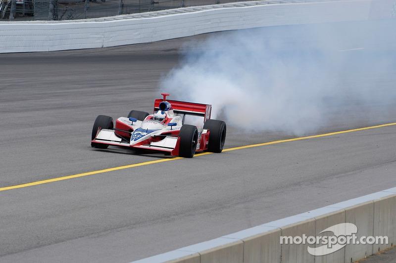Le moteur de Felipe Giaffone souffle, et il plonge au large de la rainure de course