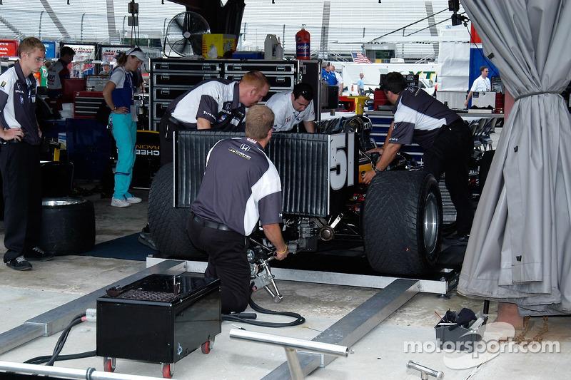 Démarrage du moteur de Eddie Cheever dans le garage