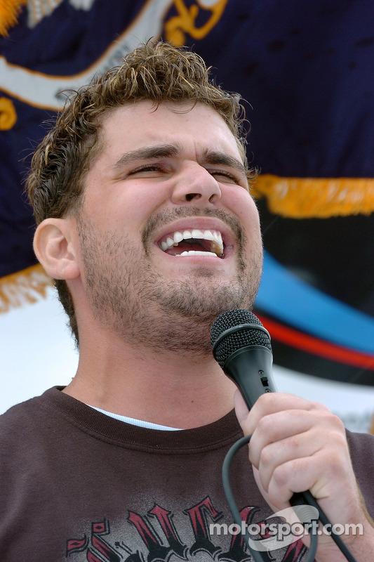 Josh Gracin, concurrent d'American Idol, chante l'hymne national