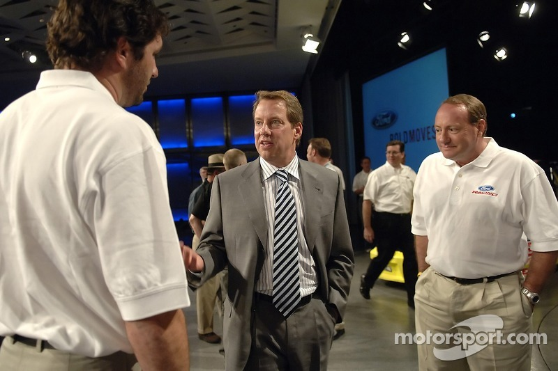 Bill Ford rencontre Elliott Sadler et Ken Schrader à un pep rally d'employé à Ford World Headquarters