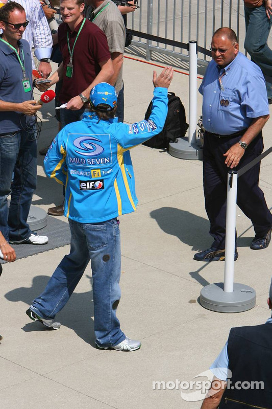 Fernano Alonso acclame les fans dans la voie des stands
