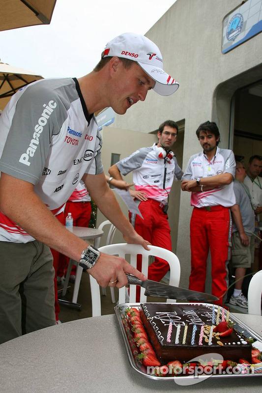 Ralf Schumacher coupe son gâteau d'anniversaire