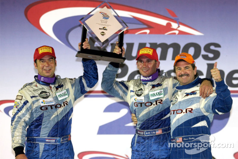 Podium GT : les grands vainqueurs Marc Bunting et Andy Lally avec Kevin Buckler