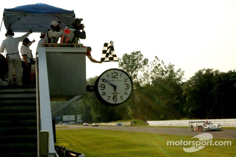 #2 Audi Sport North America Audi R8: Rinaldo Capello, Allan McNish passent la ligne d'arrivée
