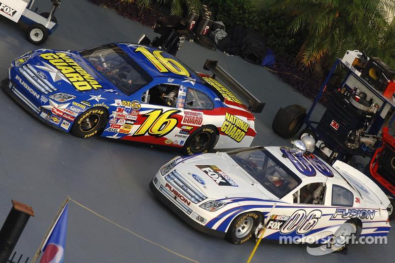 La nouvelle voiture de NASCAR Ford Fusion de demain se trouve à côté de la version 2006 de la Ford Fusion