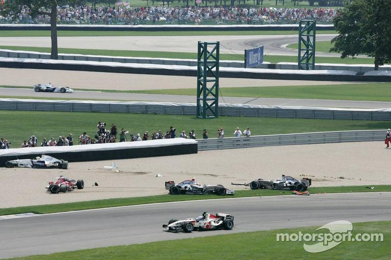 Accident au premier virage : Nick Heidfeld, Scott Speed, Juan Pablo Montoya et Kimi Räikkönen