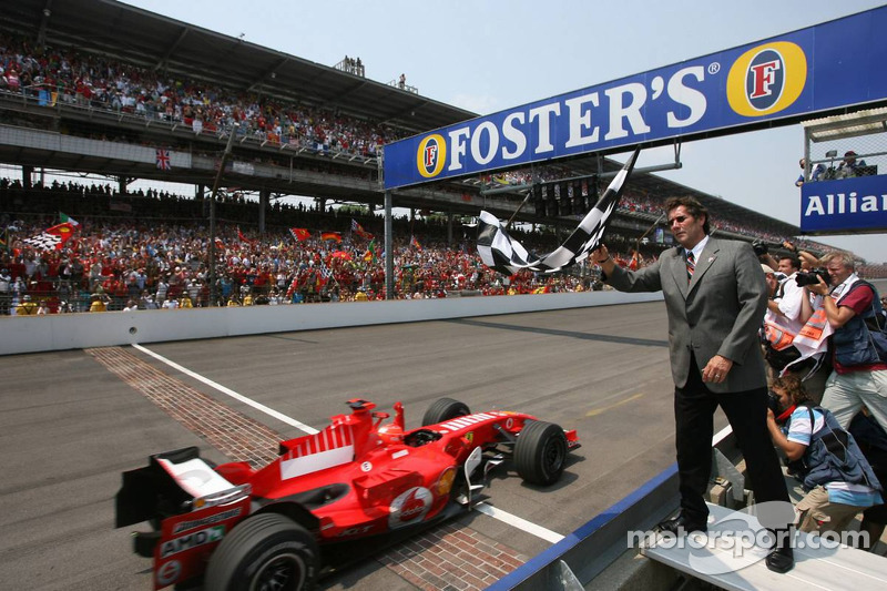 Michael Schumacher alcanza en primera posición la bandera a cuadros