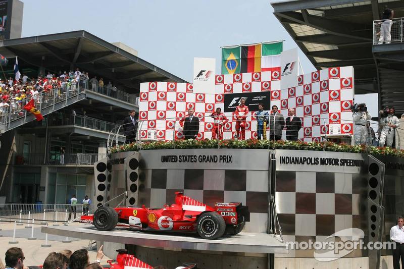 Podium: le vainqueur de la course Michael Schumacher avec Felipe Massa et Giancarlo Fisichella