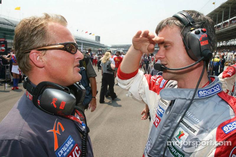 Johnny Herbert avec Dominic Harlow, l'ingénieur de course de MF1 Racing