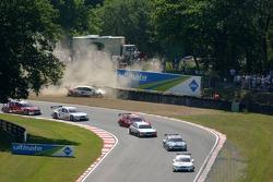 Des voitures du DTM dépassent Druids Bend tandis que Frank Stippler met sa voiture dans le gravier