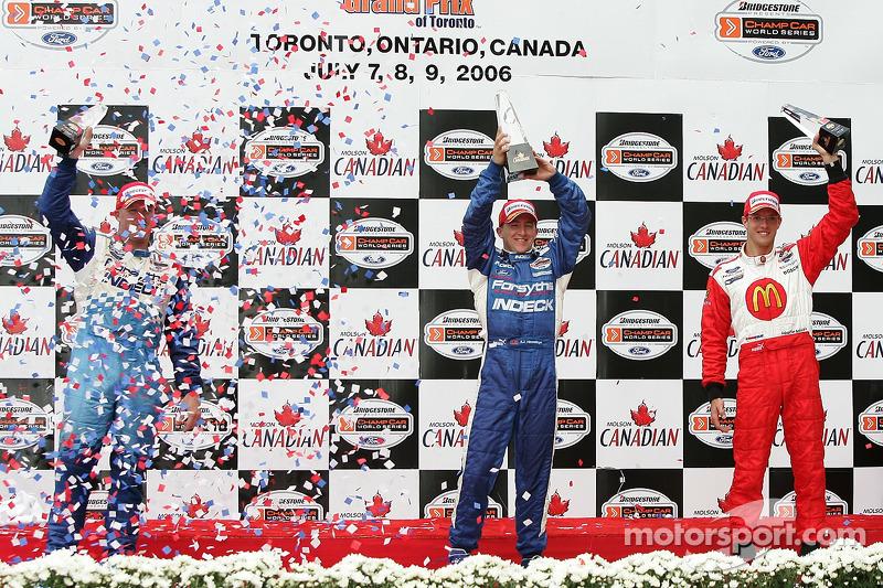 Podium: le vainqueur de la course A.J. Allmendinger avec Paul Tracy et Sébastien Bourdais
