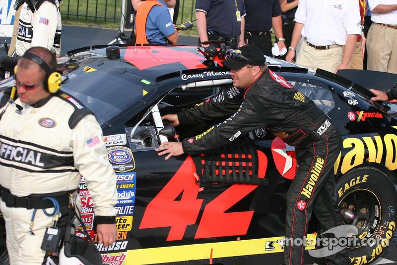 Casey Mears pousse la voiture vers la ligne de la victoire après avoir été à court de gaz