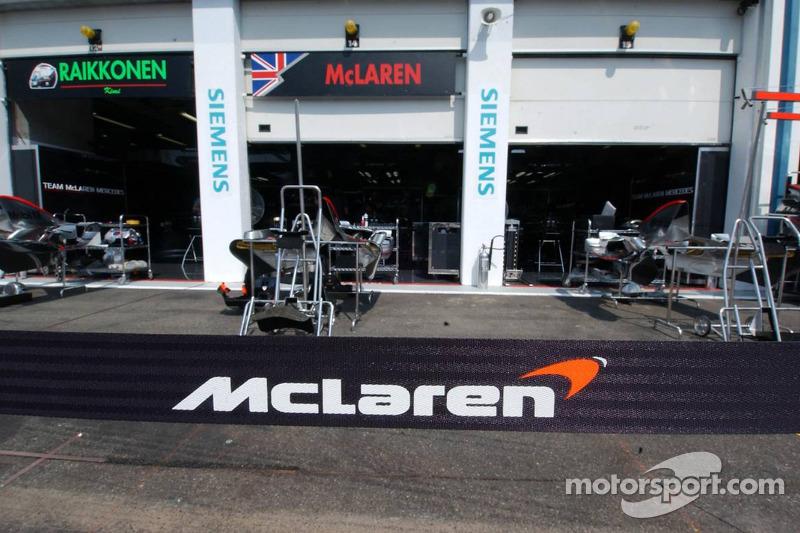 Des stands McLaren sans le nom de Montoya - le signe pour De la Rosa que ce n'était pas encore termi