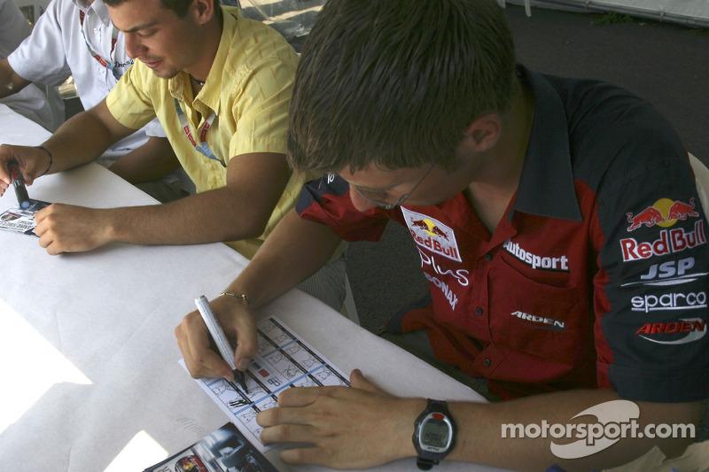 Michael Ammermuller avec Ernesto Viso signent des autographes