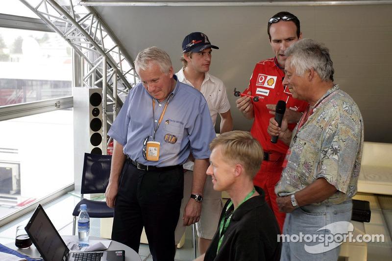 Red Bull le jeudi : Charlie Whiting, Scott Speed et un membre de l'équipe Ferrari avec une voiture du Derby de Pinewood