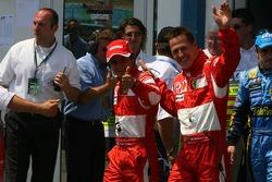 Ganador de la pole Michael Schumacher celebra con Felipe Massa