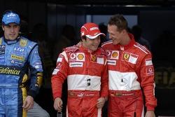Ganador de la pole Michael Schumacher celebra con Felipe Massa y Fernando Alonso
