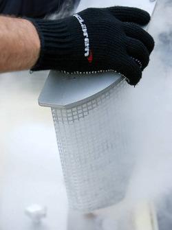 Des mécaniciens de McLaren préparent la neige carbonique