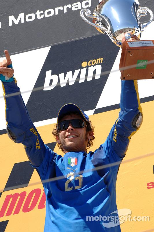 Podio: ganador de la carrera Valentino Rossi celebra