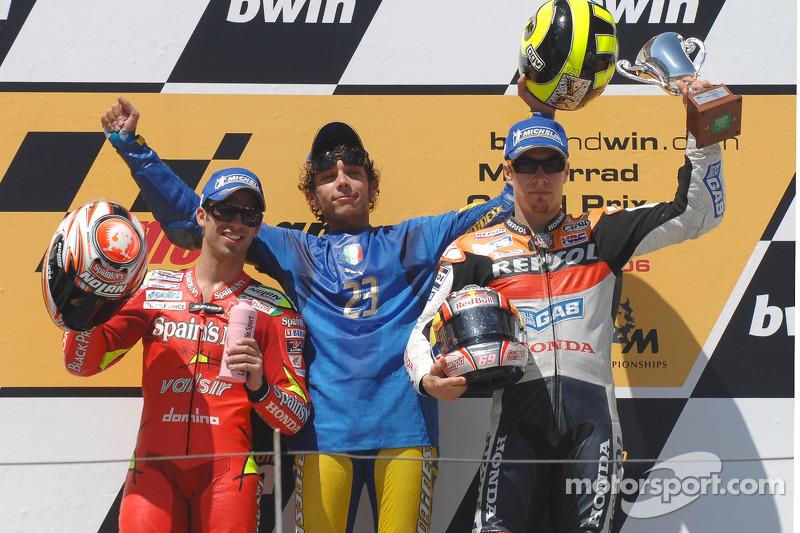 Podio: ganador de la carrera Valentino Rossi con Nicky Hayden y Marco Melandri