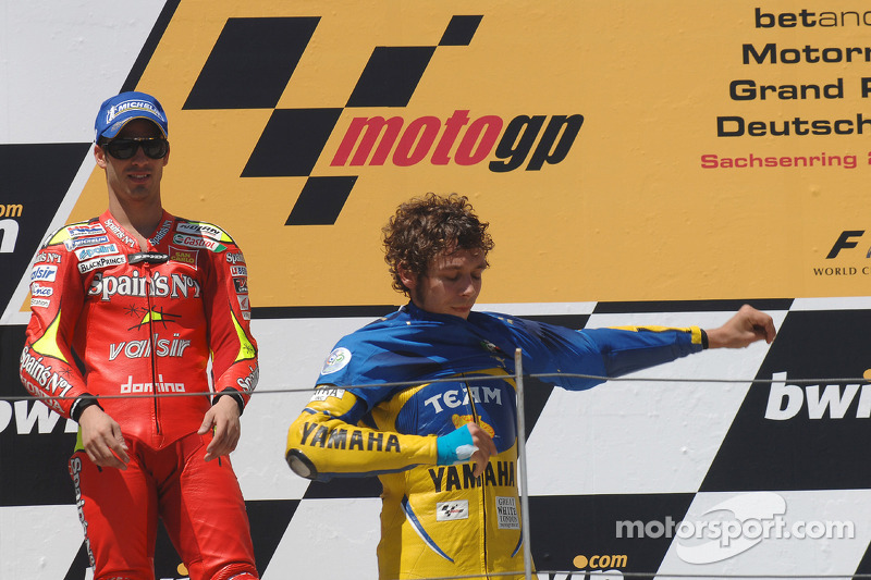 Podium: le vainqueur de la course Valentino Rossi met sur lui la chemise de l'équipe d'Italie