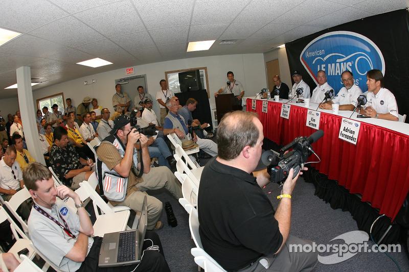 Presse de conférence d'Acura : Scott Atherton, Robert Clarke, Duncan Dayton, Kim Green et Adrian Fernandez rencontrent la presse