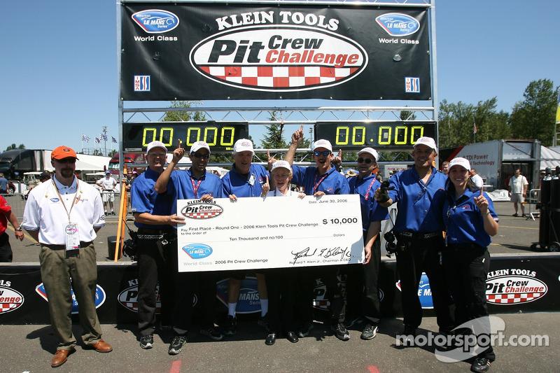 Défi de l'équipe de stand : des membres de l'équipe Alex Job Racing célèbrent leur victoire