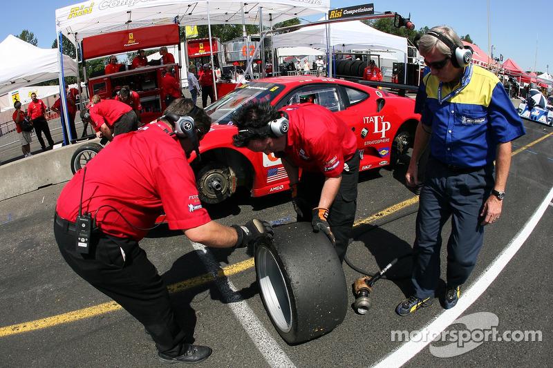 L'équipe Risi Competizione inspecte les pneus