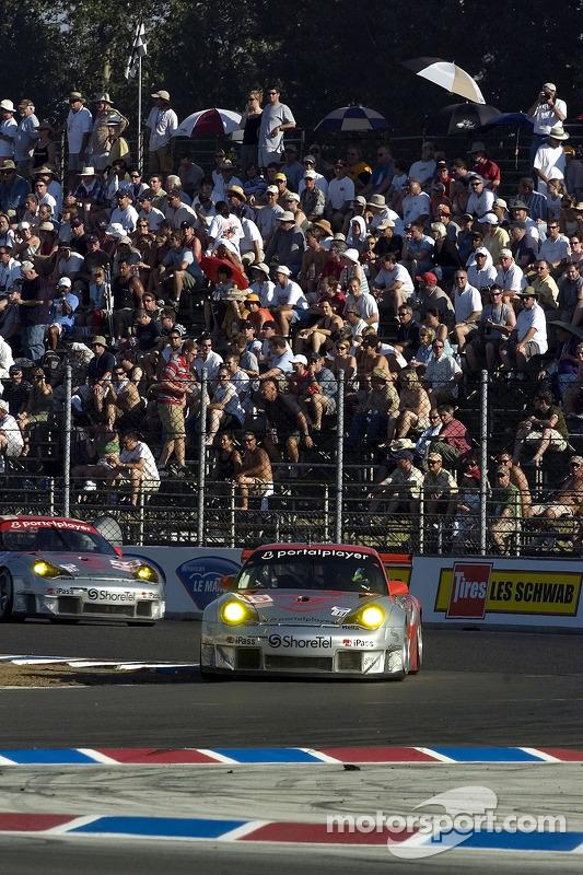 #44 Flying Lizard Motorsports Porsche 911 GT3 RSR: Seth Neiman, Darren Law et la #45 Flying Lizard M