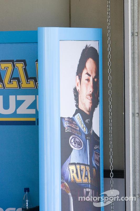 John Hopkins en garaje Suzuki