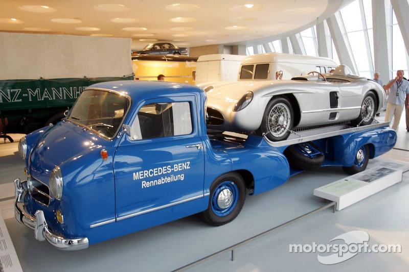 Evénement média de DaimlerChrysler Mercedes: Une voiture de course Mercedes-Benzsur un camion dans le musée Mercedes-Benz à Stuttgart