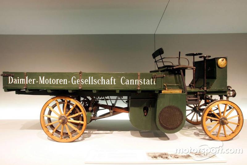 Evénement média de DaimlerChrysler Mercedes: un camion motorisé par Daimler dans le musée Mercedes-Benz à Stuttgart
