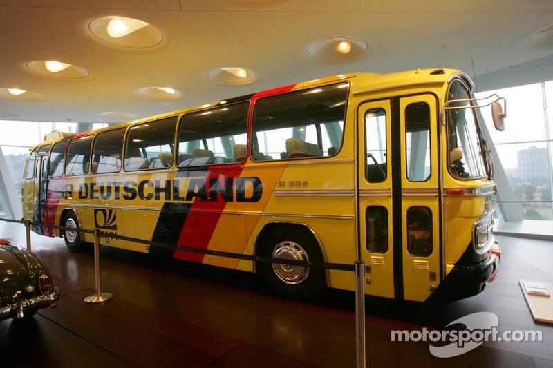Evénement média de DaimlerChrysler Mercedes: l'entraîneur de l'équipe de tourisme Mercedes-Benz 302 dans le musée Mercedes-Benz à Stuttgart